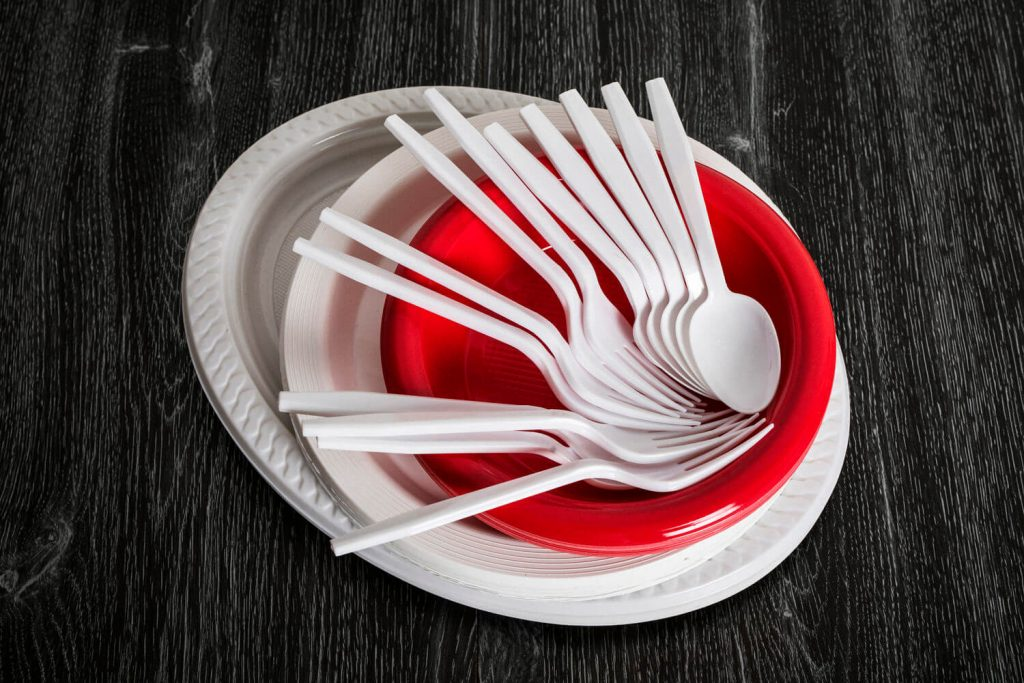 single-use plastic dishes