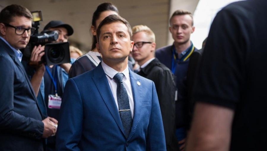 Ukraine president offers Russians citizenship in snub to Putin
